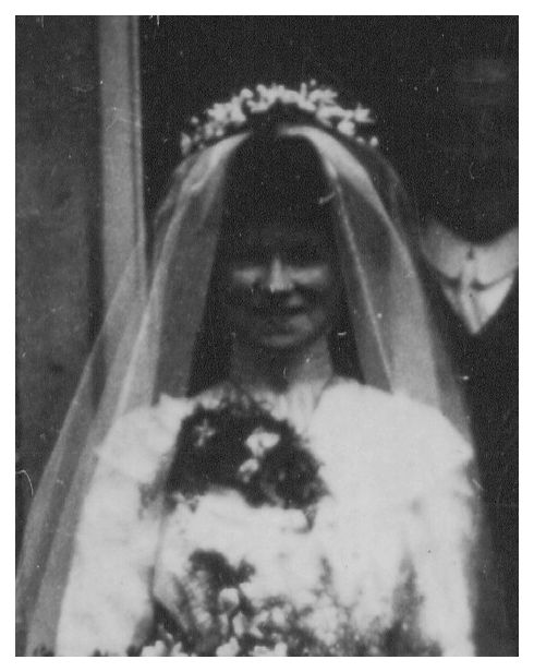 The 1910 bridal bouquets also seem squatter and less elongated than in the
